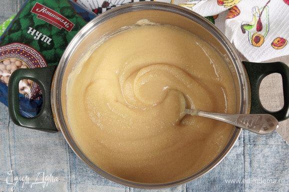 Вернуть отжатый нут в кастрюлю, добавить сахарный песок (200 г), ванилин (1 г) или любой другой ароматизатор по желанию. Варить до густоты, постоянно помешивая.