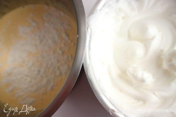 Желтки взбить с 50 г сахарного песка (от общего количества) в пышную светлую массу. Духовку разогреть до 180°C. Добавить к желткам пшеничную муку.