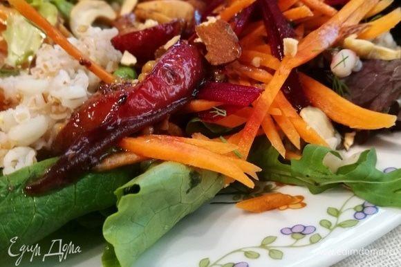 У меня в последнее время обрезаются фотографии, потому я постаралась сфотографировать салат в нескольких ракурсах. Приятного!