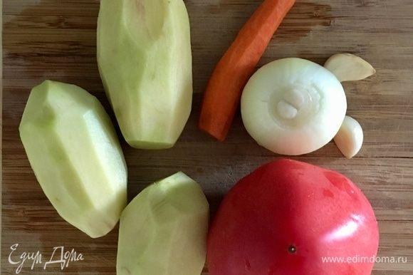 А пока рис варится, подготовим овощи для бульона. Набор узбекского супа абсолютно классический домашний и уютный, я бы так сказала. Это лук, морковь, чеснок, картофель и помидор. Лук и чеснок почистить и мелко порубить. Морковь натереть на мелкой терке. Картофель нарезать кубиками.
