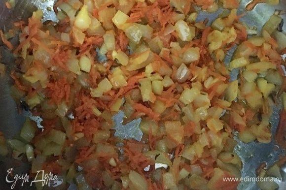 В кастрюле разогреть растительное масло и отправить туда лук, чеснок и морковь.
