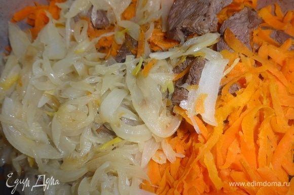 Обжаренные лук и морковь добавить к мясу.
