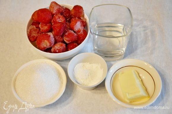 Для приготовления клубничного соуса подготовить необходимые продукты: клубнику, сахар, кукурузный крахмал, воду, сливочное масло.