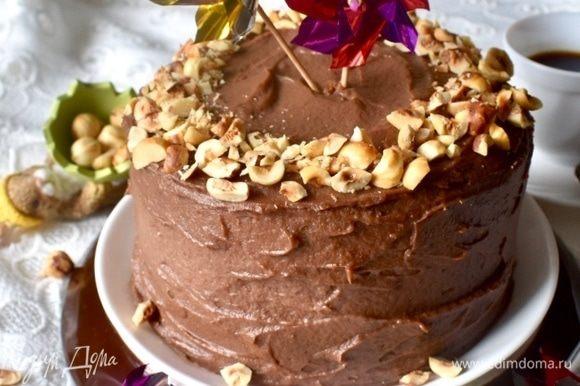А утром осталось лишь порубить жареный фундук, и посыпать торт немного сверху для украшения.