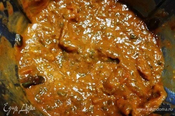 Измельчаем овощной соус с помощью кухонного комбайна.