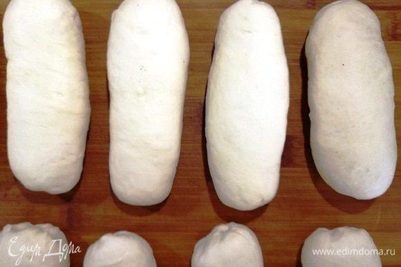 Затем формируем маленькие батончики. Обязательно хорошо защипните швы, иначе во время варки булочки расползутся.