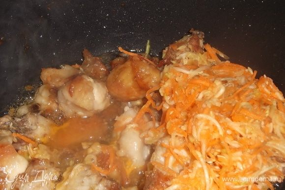 Гузки обжарить без добавления масла. Добавить натертые на терке морковь, кабачок и чеснок. Накрыть крышкой, тушить, помешивая, пока чистите картошку.