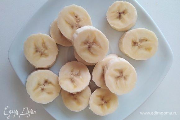 Бананы нарезать.