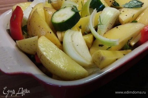 Маринованные овощи переложить в форму для запекания. Посолить и поперчить. Запекать в заранее разогретой до 200°C духовке около часа (до готовности картофеля).