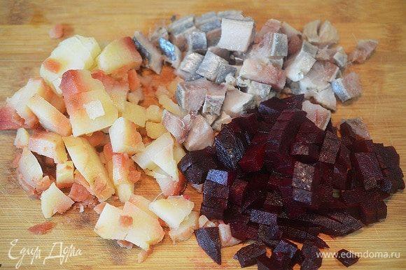 Картофель, сельдь, свеклу, яблоко нарежьте кубиком.