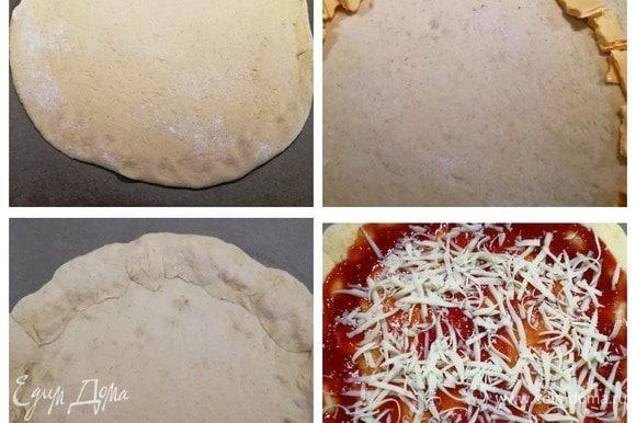 Делаем пиццу с сырным краешком. Оставшееся тесто растягиваем в круг. Пластинки плавленного сыра сворачиваем в трубочки, нарываем руками и укладываем на край пиццы. Заворачиваем края вокруг сыра, приминаем их. Центр заготовки смазываем кетчупом или томатным соусом, посыпаем моцареллой.