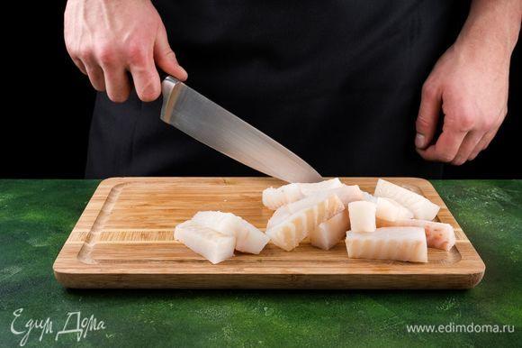 Разморозьте филе трески. Обрежьте с филе очень тонкие края. Разрежьте филе сначала пополам вдоль, а потом на одинаковые полоски толщиной 2,5 см. Насыпьте в одну глубокую тарелку муку, посолите и поперчите. В другую насыпьте панировочные сухари. В третью тарелку разбейте яйца и взбейте их до однородности с щепоткой соли.