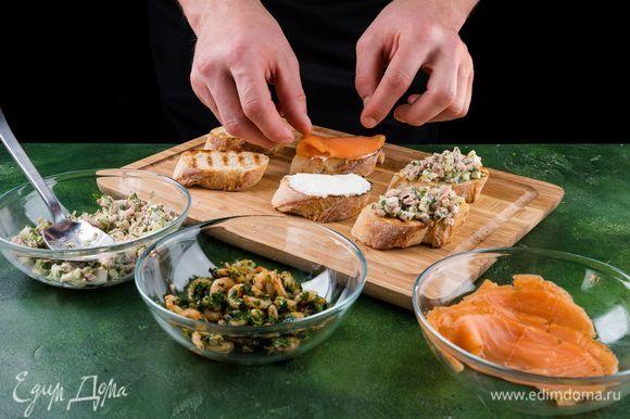 Намазать брускетты сливочным сыром. Выложить на брускетты маринованный лосось.