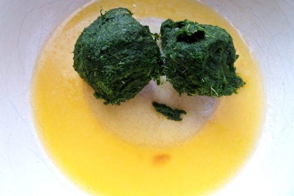 Разморозить шпинат или использовать свежий. Поместить его в растопленное масло.