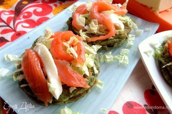 На капусту положить ломтик моцареллы и кусочки рыбы (норвежский лосось).