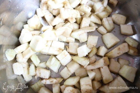 Баклажан (у меня был достаточно крупный баклажан, для блюда мне хватило его половинки) положить в отдельную миску, посыпать солью, после того, как образуется жидкость (через 15 минут), слить ее, баклажан промыть. Это нужно для того, чтобы ушла горечь.