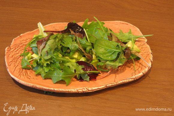 Зелень — смесь руколы, шпината, мангольд, цветов.