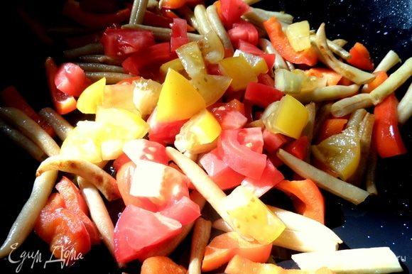 Добавить после того, как овощи минут 5 обжарятся. Томатам достаточно пробыть в сковороде минуту.