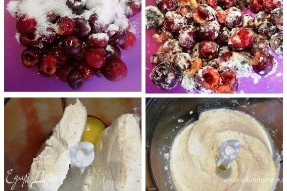 Удаляем косточки из черешни и смешиваем ее с 2 ст. л. крахмала и 2 ст. л. сахара. Перемешиваем и убираем в холодильник на 20 минут. Творог смешиваем с яйцом, ванилином, 4 ст. л. сахара и солью. Творожная начинка готова.