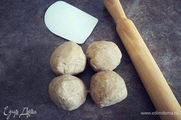 Достаем из холодильника тесто, разрезаем на четыре части и скатываем в шарики.
