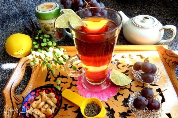 Наливаем в бокал. Можно пить чай в теплом виде или со льдом холодный — хорошо освежает.