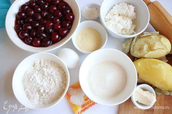 Приготовить ингредиенты для теста. Картофель помыть, сварить в мундире, дать немного остыть, очистить. Манная крупа здесь из твердых сортов пшеницы, мука из мягких сортов пшеницы тонкого помола. Фермерский творог можно взять и большей жирности.