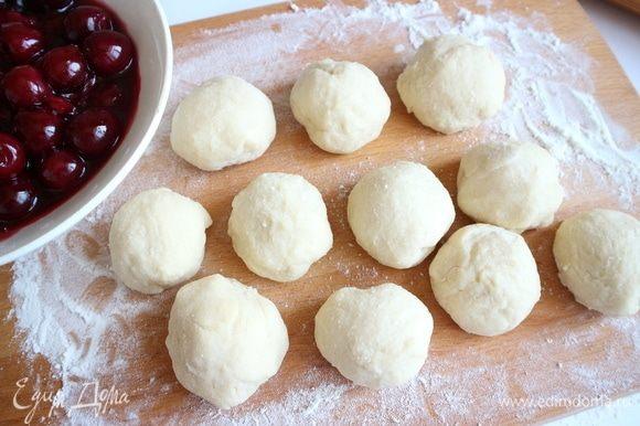 Разделать тесто на 11 небольших шариков.