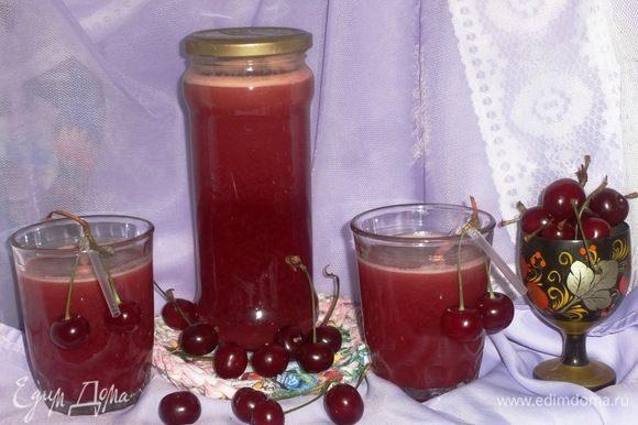 Готовый напиток помешать. Разлить по стаканам, вставить коктейльные трубочки, украсить свежими вишенками. Угощайтесь! Приятного аппетита!