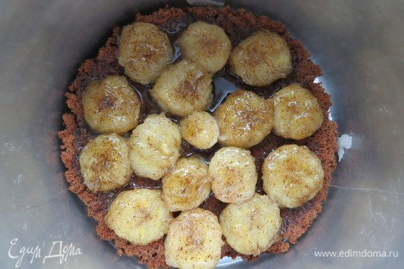 Выложить карамелизированные бананы на шоколадный бисквит. Положить бисквит в регулируемое тортовое кольцо, бока проложить плотной тортовой пленкой. Пока готовится мусс, кольцо с основой можно поместить в морозилку, тогда мусс схватиться быстрее и не протечет.