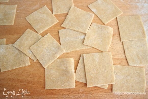 Нарезать из теста квадраты со стороной 4 на 4 см, не больше. После лепки сакеттини должны получиться 25 мм в высоту, ширина мешочка — 15 мм.