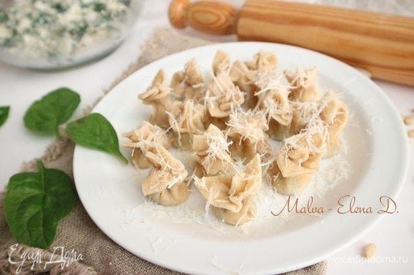 Посыпать твердым сыром, натертым на мелкой терке, сопроводить соусом, можно подать с бульоном. Приятного аппетита!
