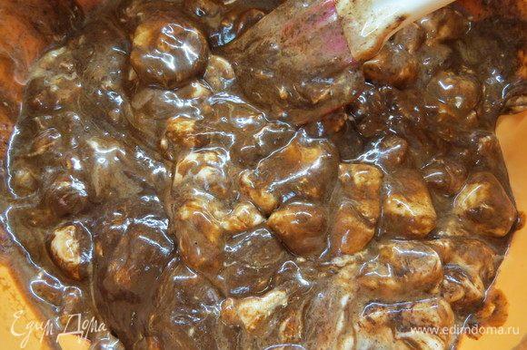 Добавить растопленный шоколад к растопленной массе из маршмеллоу и сливок. Вымесить до однородности.