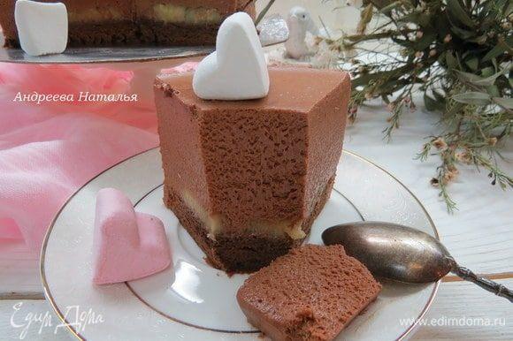 Разрезаем наш торт и наслаждаемся невероятно нежной текстурой десерта. Это вариант с бананом.