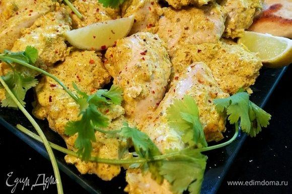 Подавать с ломтиками лайма, свежей зеленью и теплыми лепешками наан.