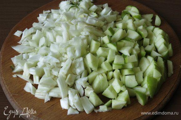 С фенхеля срезаем побеги и зелень. Фенхель и кислые яблоки нарезаем.