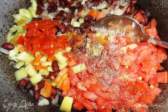Помидоры, сладкий и горький перец, пюре из перца добавить в сковороду с фасолью. Посолить, поперчить, перемешать.