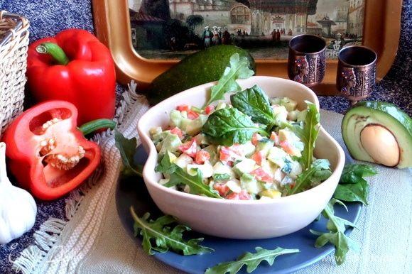 Салат будет хорошим дополнением к ужину, да и просто так вкусно им перекусить.