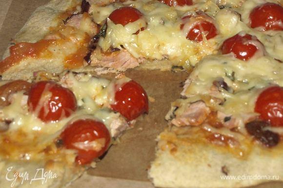 Готовую пиццу достаем и сразу подаем.