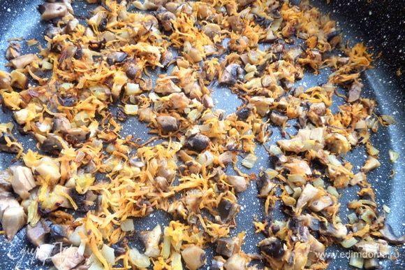 Добавить грибы в сковороду и пару минут обжаривать все вместе.