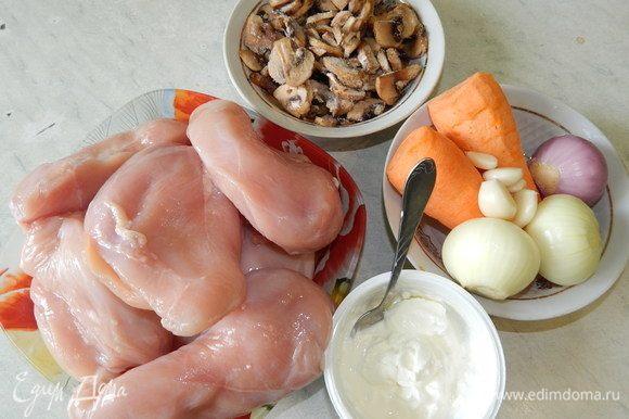 Куриное филе помыть и обсушить бумажными полотенцами. Морковь, лук, чеснок почистить и нарезать соломкой. Грибы нарезать пластинками.