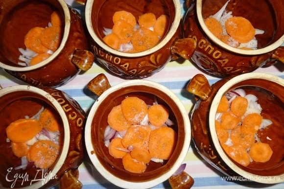 Выложить слой моркови, немного посолить, поперчить.