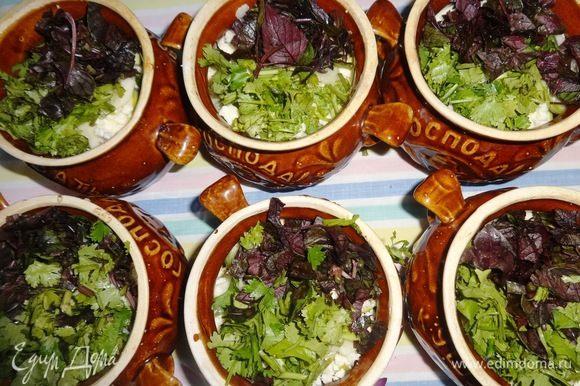 Еще немного посолить, поперчить и выложить слой зелени. Влить в каждый горшочек по 1 ст. л. растительного масла и по 1 ст. л. воды. Воды можно добавить еще по 1–2 ложки, так как овощи не сочные и получились слегка суховаты.