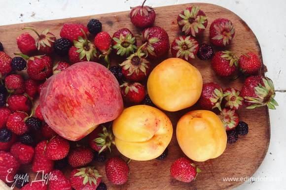 Моем ягоды и фрукты, даем им высохнуть. Нарезаем.