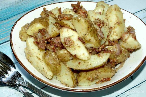 Подаем теплым. Этот салат — самостоятельное блюдо, но можно подать как гарнир к мясу. Лучше подать с овощами.