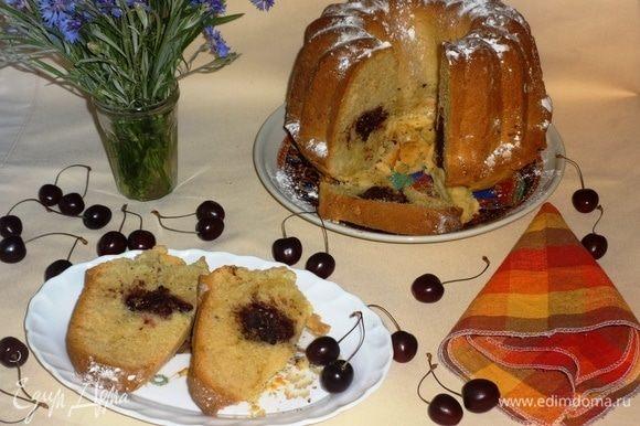 Готовый кекс посыпать сахарной пудрой, нарезать на порции и подать к чаю или кофе. Приятного аппетита!