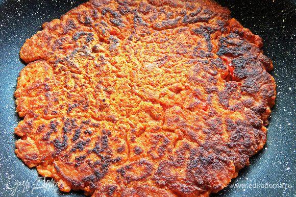 Обжарить снизу и при помощи тарелки перевернуть, обжарить дальше.