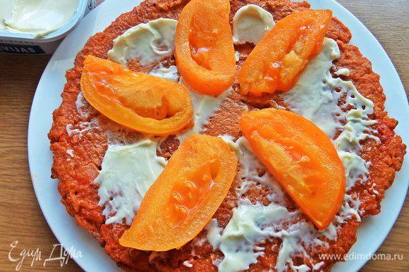 Перенести на сырную основу помидор.
