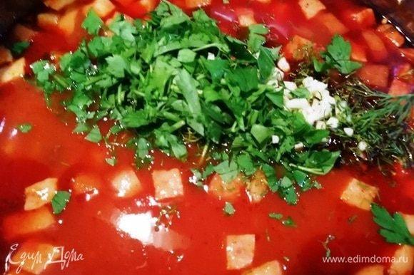 Выключаем плиту, добавляем зелень с чесноком. Перемешиваем солянку. Накрываем крышкой и даем отдохнуть минут 10.
