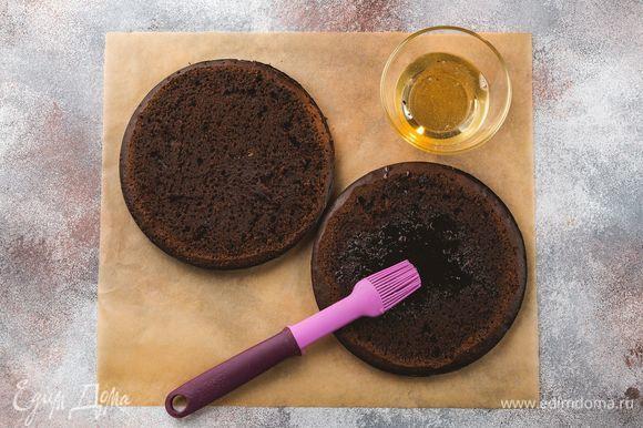 Срежьте выпуклый слой коржей и пропитайте сахарным сиропом.