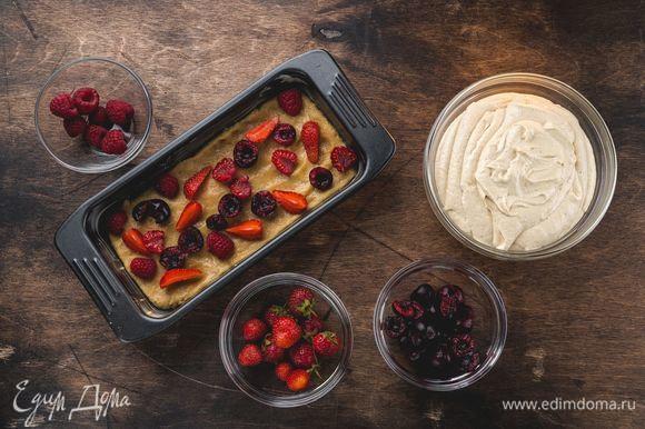 Подготовьте форму для кекса, смажьте ее сливочным маслом. Выложите тесто в форму, далее положите ягоды (черешню предварительно освободите от косточек).
